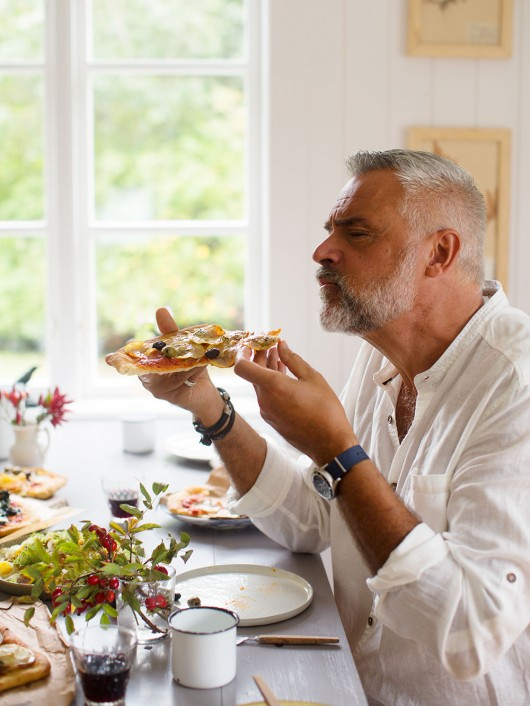 Ernst Kirchsteiger äter pizza i sin kokbok. Foto Ulrika Ekblom.