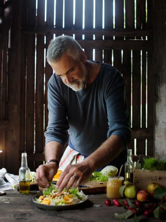 Ernst Kirchsteiger lagar fänkål- och apelsinsallad. Omslagsbild till kokbok. Foto av Ulrika Ekblom