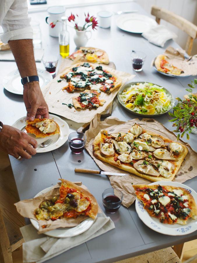 Ernst Kirchsteiger bakar pizza i sin kokbok. Foto Ulrika Ekblom.